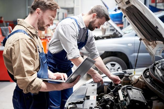 Mecânica trabalhando no serviço de carro