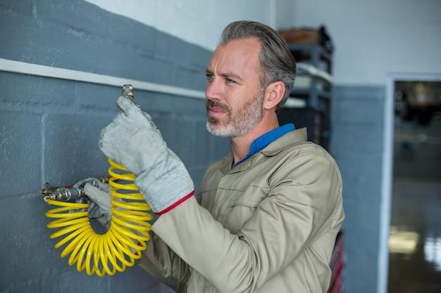 Mecânico a instalação de um arame de mola