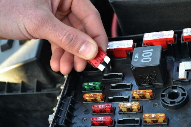 Mecânico conserta carro em uma oficina mecânica. foco seletivo