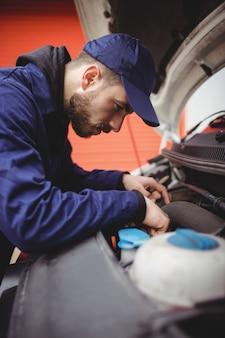 Mecânico consertando o motor de uma van