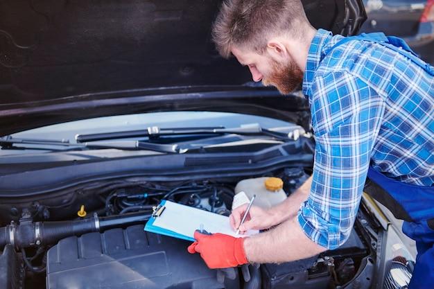 Mecânico consertando um carro na oficina