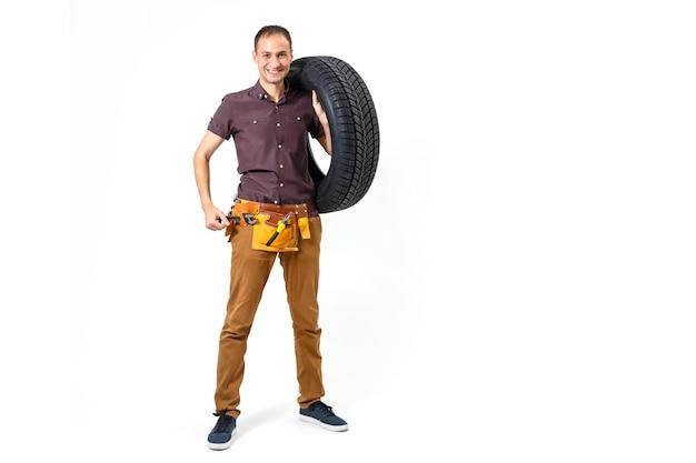 Mecânico de automóveis amigável com pneus e chave inglesa