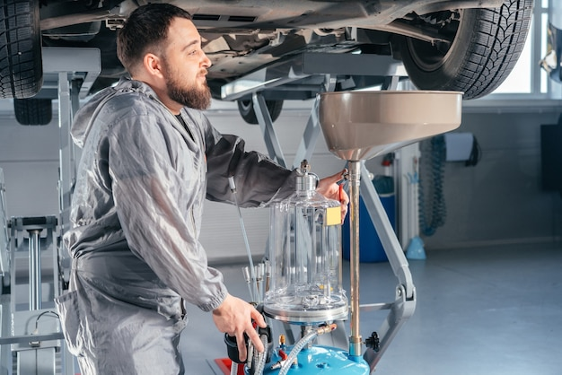 Mecânico de automóveis, substituição de óleo no motor. loja de serviços automotivos