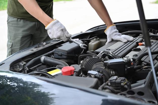 Mecânico de automóveis trabalhando em serviço de mecânica