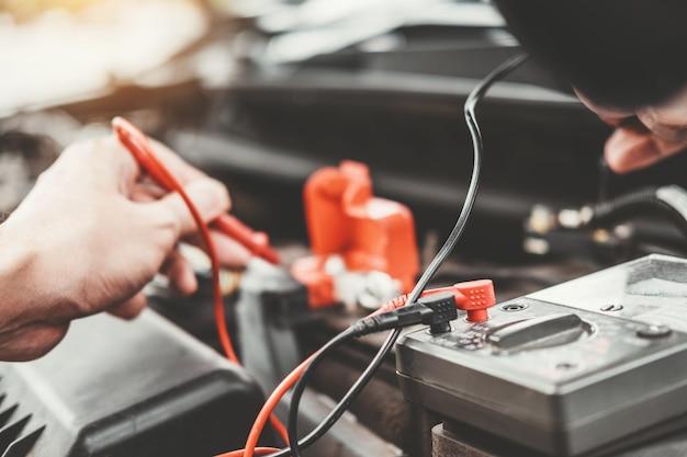 Mecânico de automóveis, trabalhando na garagem mecânico de automóveis mecânico de automóveis, trabalhando na reparação