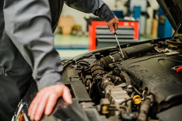 Mecânico de automóveis, verificando o motor. serviço de reparação auto.