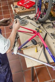 Mecânico de bicicleta real, limpeza de peças de bicicleta