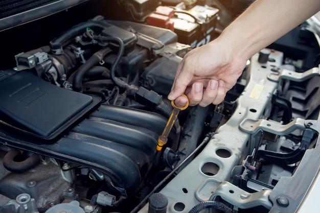 Mecânico de carro que trabalha com a chave na garagem. serviço de reparo.