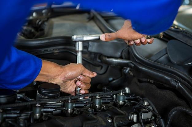 Mecânico de manutenção de um carro