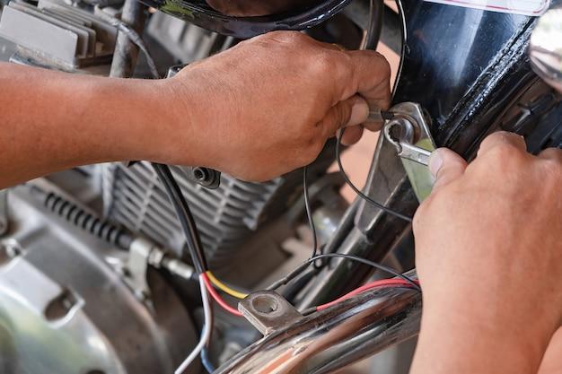 Mecânico de motocicleta instalando o sistema de iluminação interior