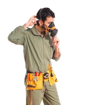 Mecânico em máscara de gás
