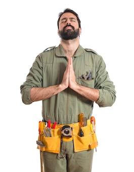 Mecânico em posição zen