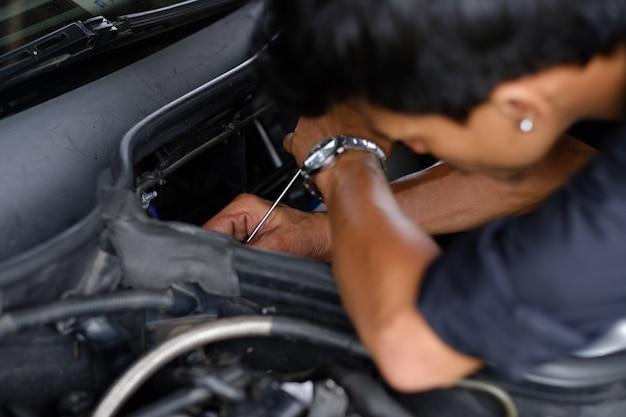 Mecânico está verificando o motor