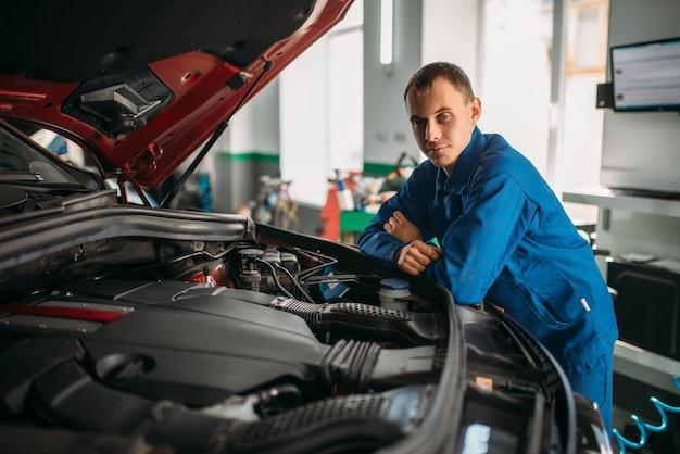 Mecânico faz inspeção visual do motor do carro