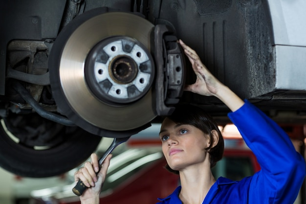 Mecânico fêmea fixação de um travão de disco de roda do carro