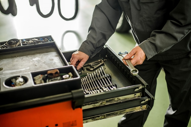 Mecânico levando instalações de caixa especial para instrumentos mecânicos.