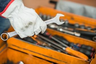 Mecânico mão segurando uma chave