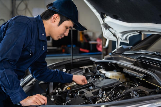 Mecânico masculino, verificação e reparo do motor, serviço de carro