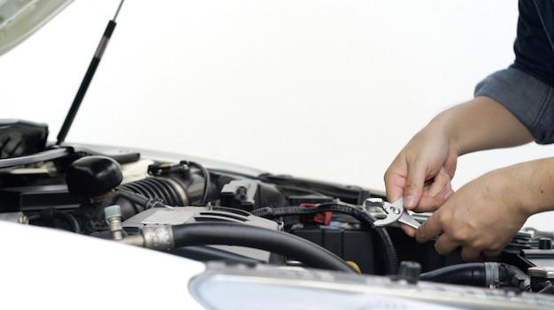 Mecânico mudando a condição do motor