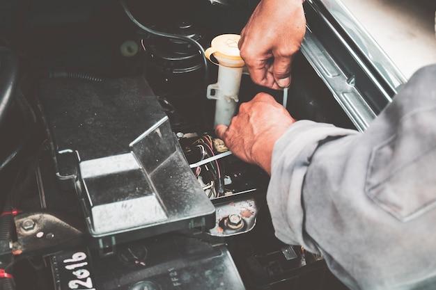 Mecânico na reparação de automóveis e verifique o motor diariamente antes de usar.