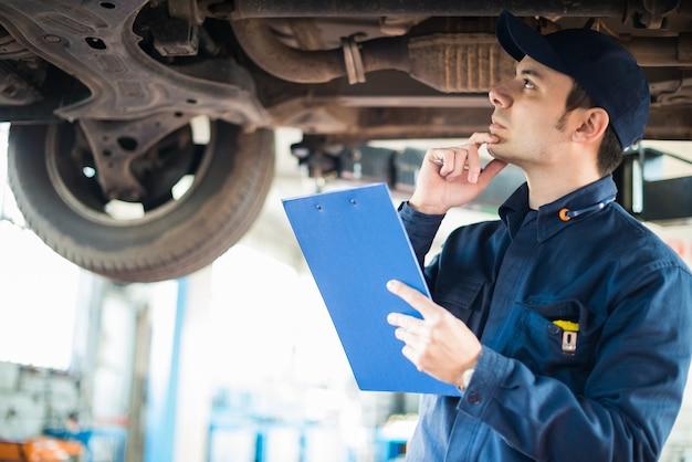 Mecânico no trabalho em sua garagem