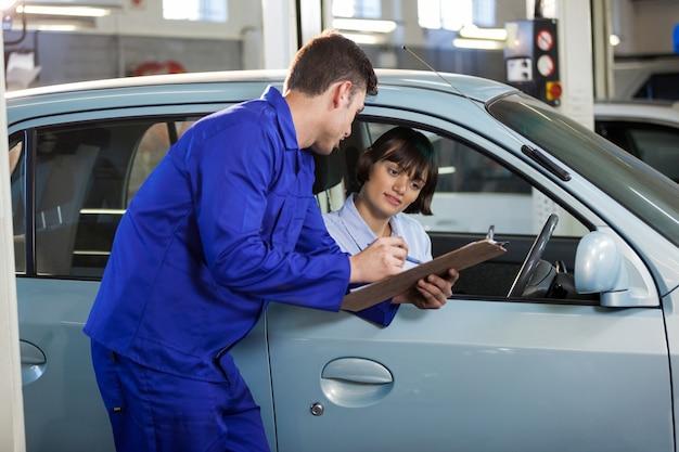Mecânico que mostra a cotação para um cliente
