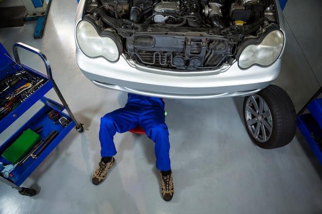 Mecânico que repara um carro
