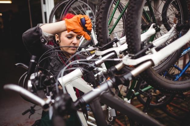 Mecânico que repara uma bicicleta