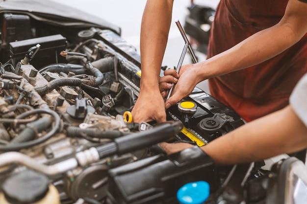 Mecânico trabalhando carro manutenção