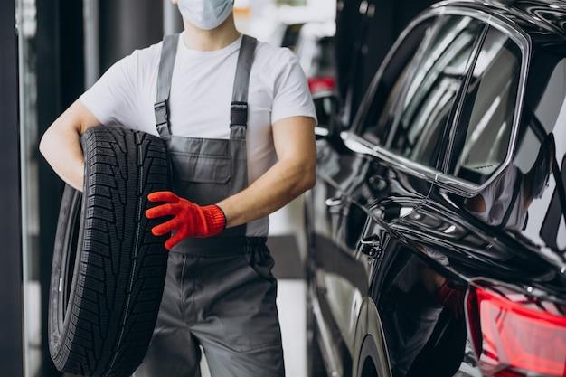 Mecânico trocando pneus em um serviço de automóveis
