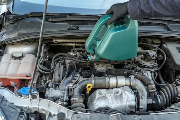 Mecânico trocar o óleo do motor, fazer manutenção no carro. reparo de vichile