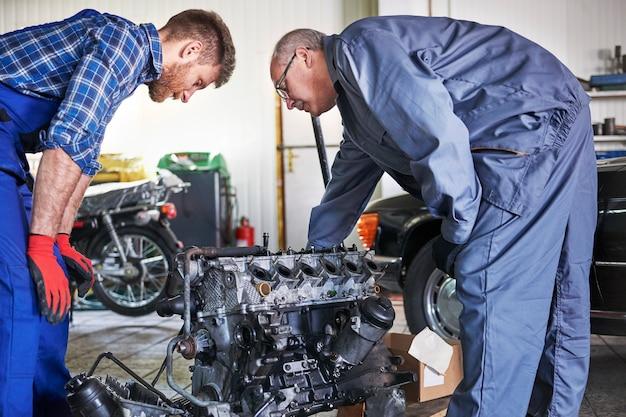 Mecânicos consertando um carro na oficina