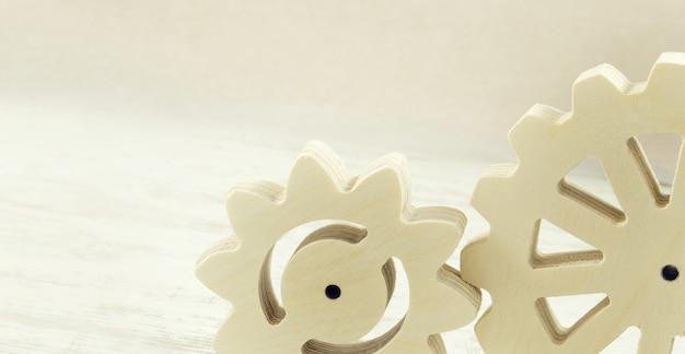 Mecanismo de engrenagem de madeira sobre um fundo branco