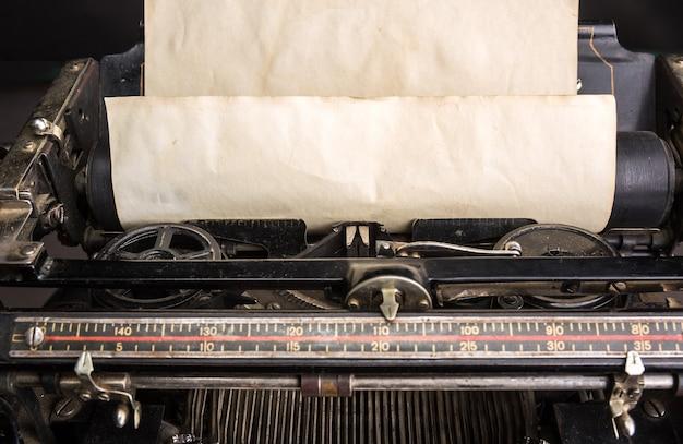 Mecanismo de máquina de escrever antigo com papel velho inserido