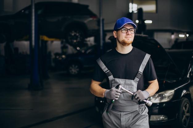 Mecanista de automóveis fazendo serviço de automóveis