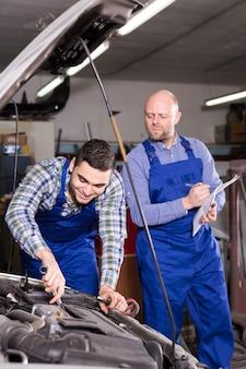 Mechanic auxilia o agente de seguros
