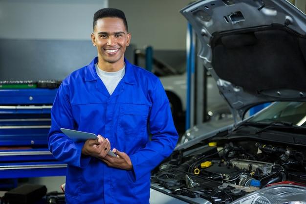 Mechanic usa a tabuleta digital