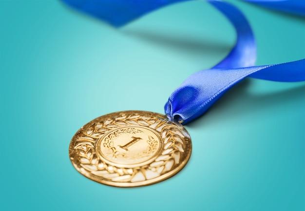 Medalha de ouro com fita no fundo