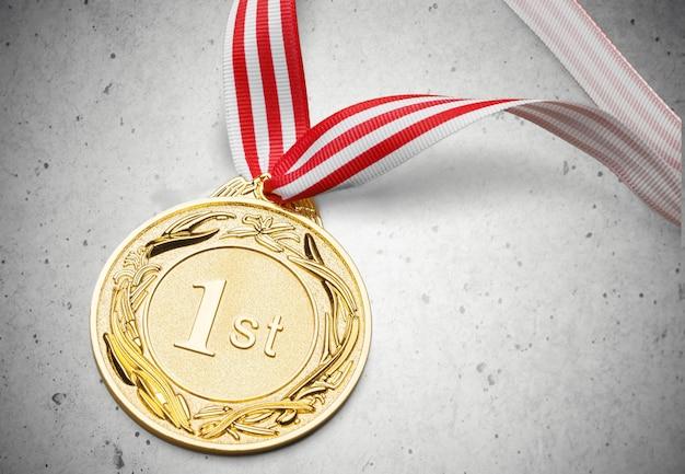 Medalha de ouro com fita no fundo Foto Premium