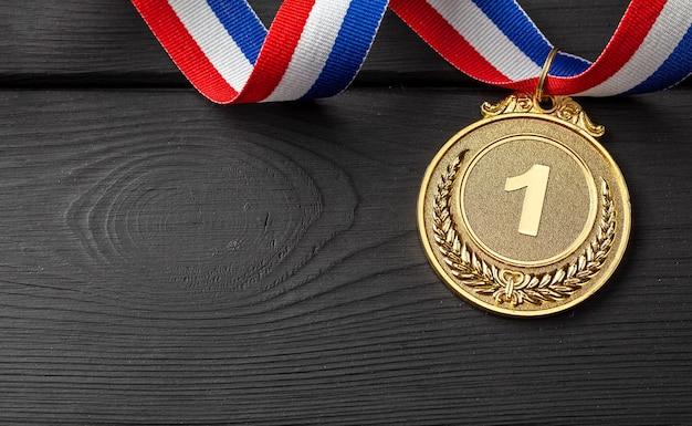 Medalha de ouro com fita