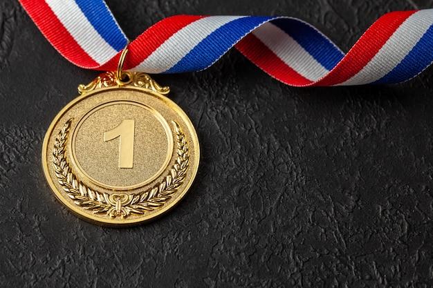 Medalha de ouro com fitas. prêmio pelo primeiro lugar na competição. prêmio ao campeão