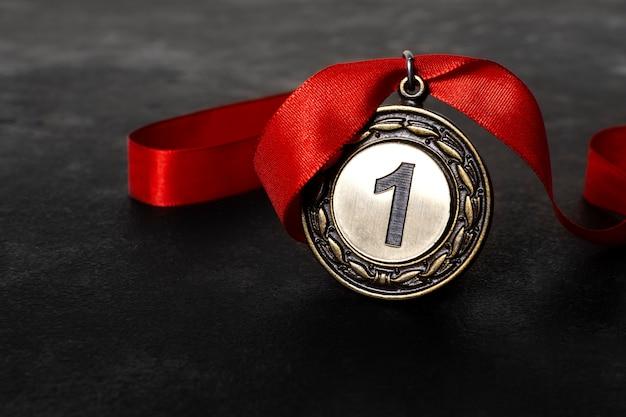 Medalha de primeiro lugar com fita vermelha