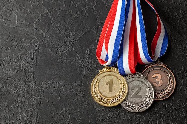 Medalhas de ouro, prata e bronze com fitas