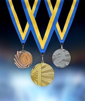 Medalhas de ouro, prata e bronze em primeiro plano