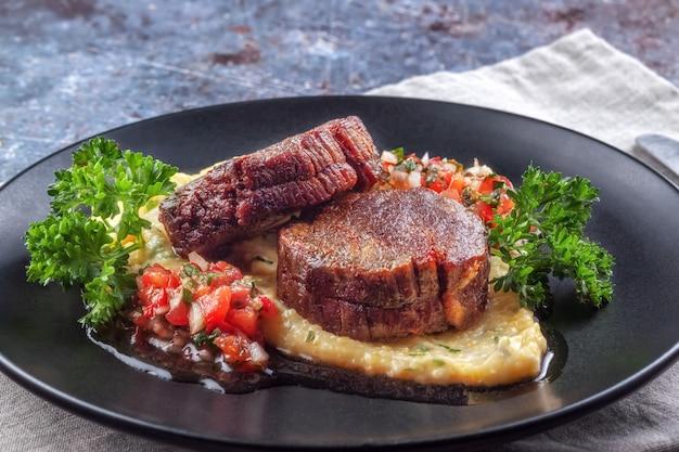 Medalhões de carne com molho de tomate e polenta cremosa