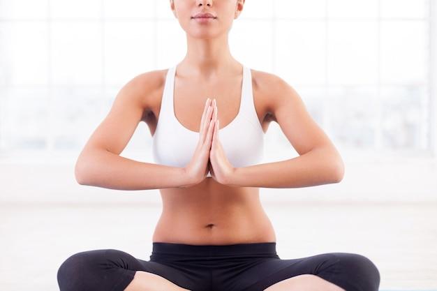 Mediação. imagem recortada de uma jovem indiana atraente meditando sentado na posição de lótus
