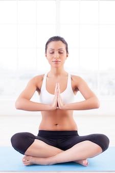Mediação. mulher jovem e atraente indiana meditando sentado em posição de lótus
