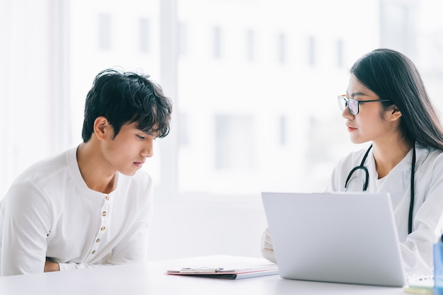 Médica asiática está verificando a saúde do paciente