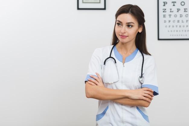 Médica bonita olhando para longe