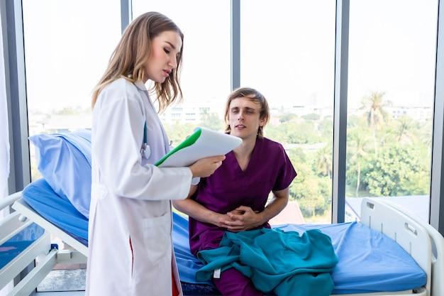 Médica com as mãos de verificar o paciente homem que obteve uma forte dor de estômago deitada na cama para registrar os resultados do tratamento com o sintoma muito bom de rosto sorridente no contexto do hospital.